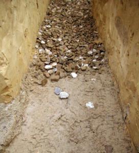 Фото: подушка фундамента состоит из песка и щебенки тщательно утрамбованного