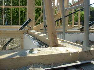 фото: крепление бруса к ленточному фундаменту