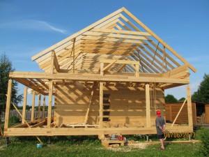 Фото: сборка крыши будущего дома