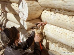 Фото: услуги по конопатке срубо из бревна и бруса