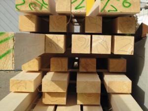 фото: брус из лиственницы различного сечения