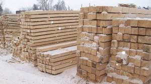 фото: хранение бруса из лиственницы на складах мелких производителей