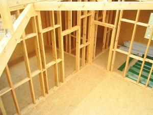 фото: каркасная пергородка внутри брусового дома