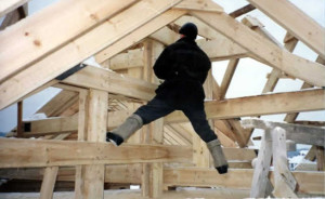 фото: монтаж двухскатной крыши