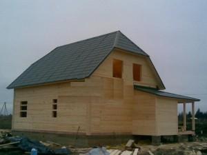 фото: Полувальмовая крыша в деревянном доме