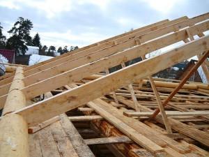 фото: Стропильная нога в каркасе двухскатной крыши