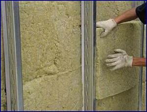 фото: Монтаж обрешетки и утепление стен