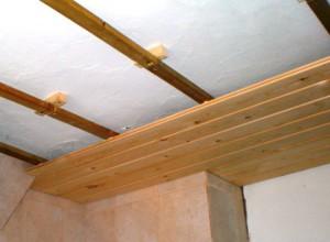 фото: монтаж имитации бруса на потолке