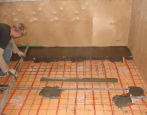 фото: гидроизоляция деревянного пола в стяжке