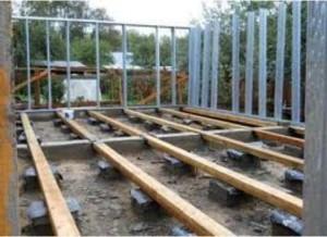фото: Монтаж лаг к бетонным столбам
