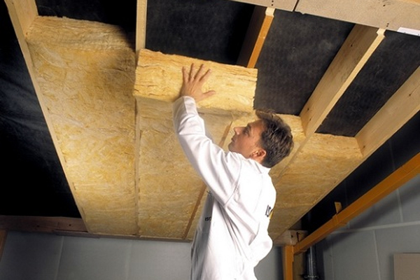 фото: утепление потолка в деревянном доме