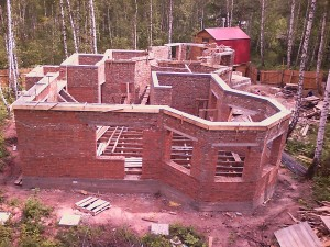 фото: Дом из кирпича на этапе строительства