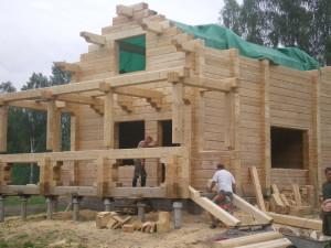 фото: Дом из профилированного бруса на этапе строительства