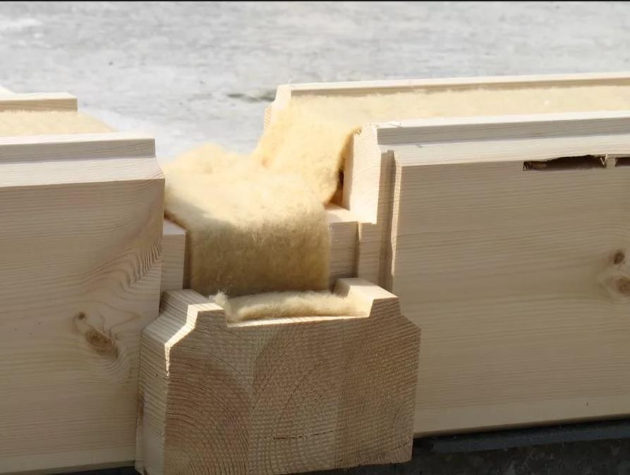 Фото: Использование джутового утеплителя между венцами сруба